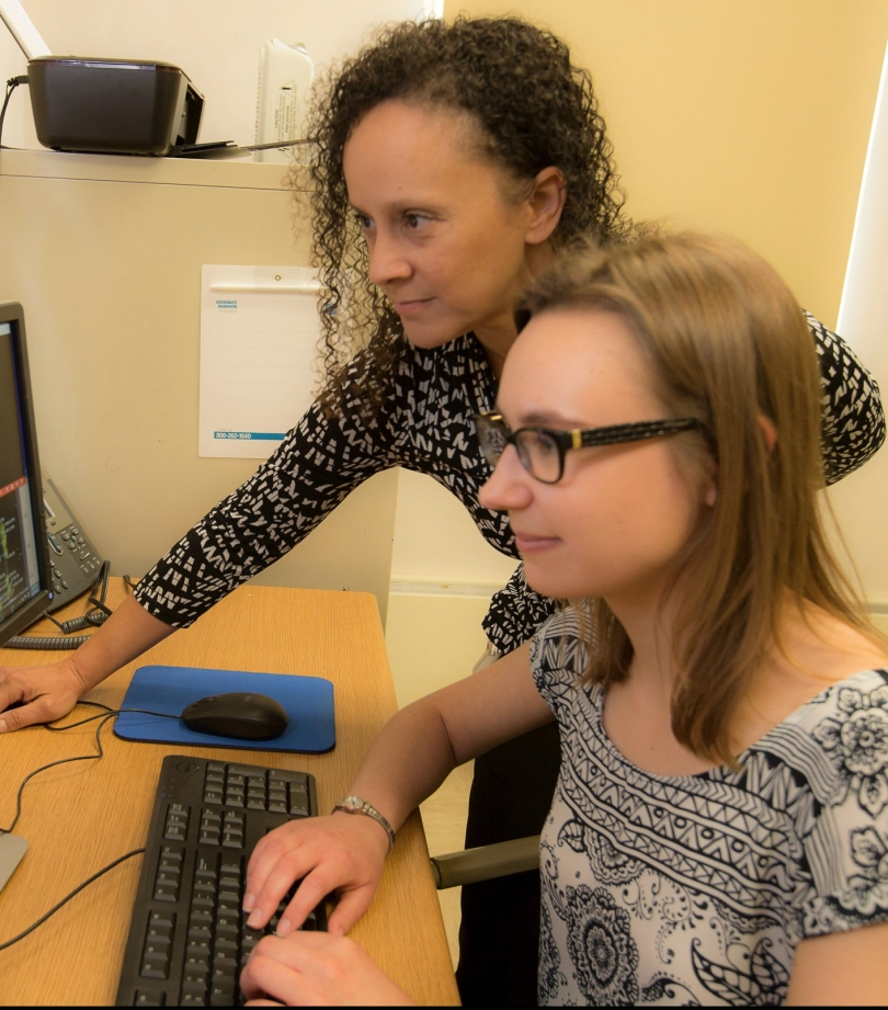 Goldwater Scholar Jana Cable and mentor Natosha Finley look at data on a computer screen.