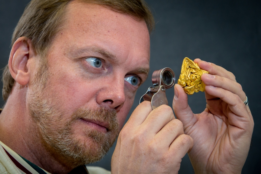 John Rakovan examines the world's largest single crystals of gold, from a 2014 study with LANSCE.