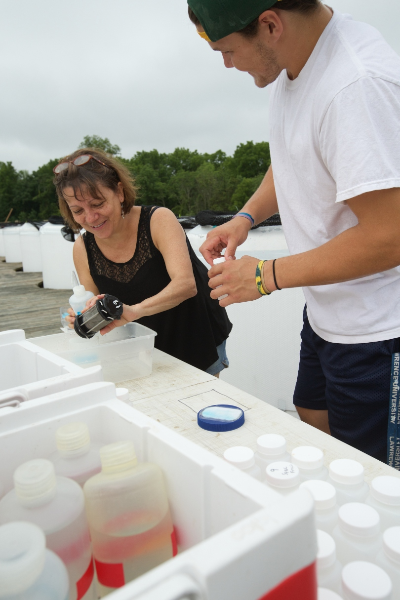 Maria Gonzalez and now-former student Matthew Bezbatchenko process pond samples.